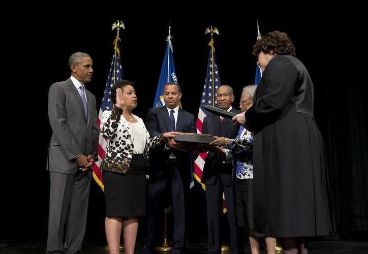 En la ceremonia de toma de protesta, el presidente Obama elogió el liderazgo de Loretta Lynch en su ejercicio como ex fiscal de Nueva York. (AP)