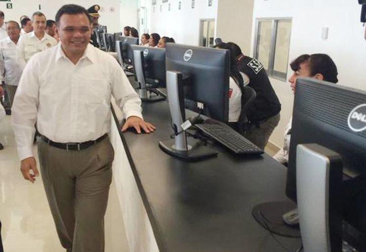 El gobernador Rolando Zapata Bello recorrió las más de 30 ventanillas de atención en el nuevo Centro de Servicios Yucatán. (Milenio Novedades)