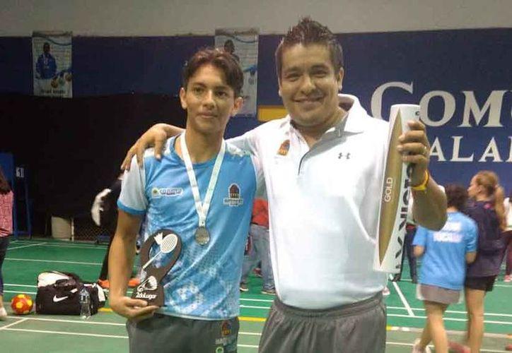 Cristopher Varela y su entrenador Alejandro Orozco. (Raúl Caballero/SIPSE)