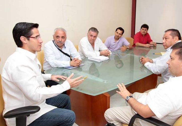 El presidente municipal, funcionarios municipales y de Fonatur en la reunión. (Cortesía/SIPSE)