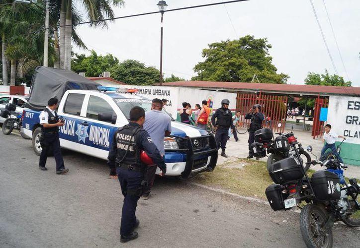 Elementos policíacos buscan al sujeto que amenazó  con un arma a un menor. (Redacción/SIPSE)
