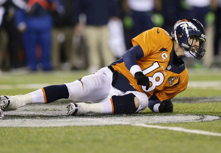 Peyton Manning, de los Broncos de Denver, yace en el terreno después de ser derribado durante la segunda mitad del Super Bowl 2014. (Agencias)