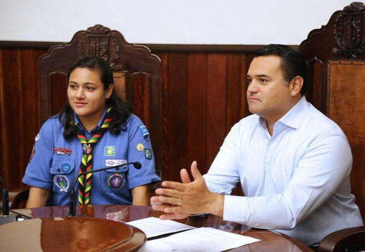 La alcaldesa por un día, Vanessa Ivone Escalante Interián, y el alcalde meridano, Renán Barrera Concha. (SIPSE)