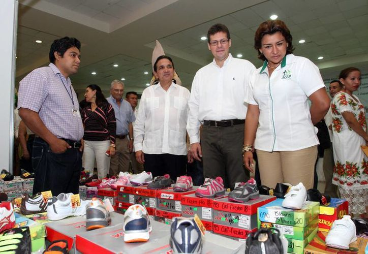 La presidenta del DIF estatal y el delegado de la Profeco recorrieron los diversos stands. (Jorge Peña/SIPSE)