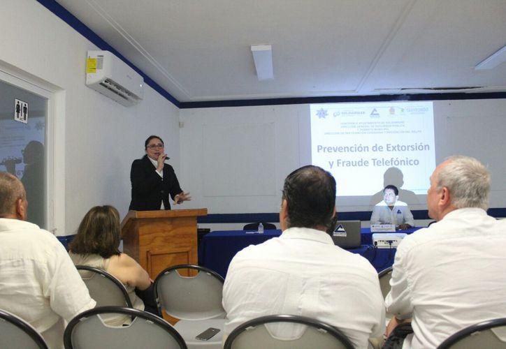 Ofrecen conferencias para prevenir los delitos de fraudes telefónicos. (Daniel Pacheco/SIPSE)