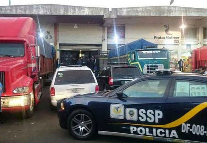 Tras la balacera, en la cual murió un comandante de la Policía de Investigación , llegaron al lugar agentes para asegurar la zona. (twitter.com/NoticiasMVS)
