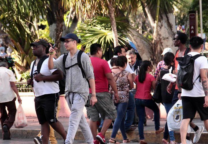 El incremento de turismo en Yucatán genera la construcción de nuevos centros de hospedaje. Imagen de contexto de un grupo de visitantes en el centro de Mérida. (Milenio Novedades)