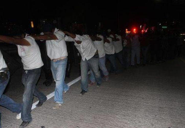 Decenas de personas fueron detenidas este jueves durante el desalojo de la Autopista del Sol. (Milenio)