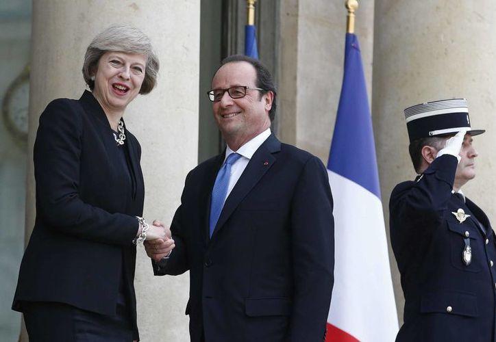 En el encuentro entre Francois Hollande, presidente de Francia, y la primera ministra británica Theresa May, se notó una actitud fría y distante del mandatario galo. (AP)