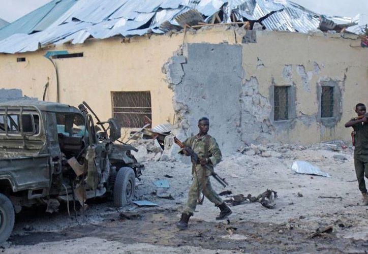 El atentado de un hotel en Mogasdicio dejó como saldo 9 muertos. (AP)