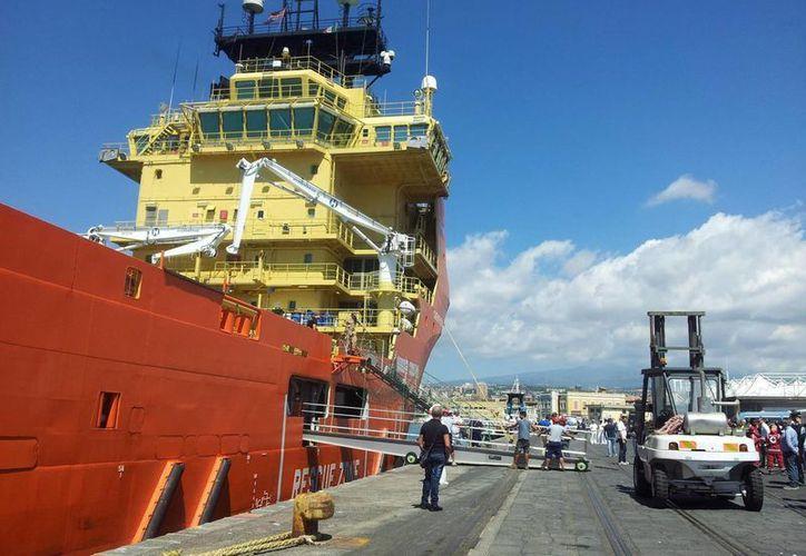 El buque noruego Siem Pilot llega al puerto de Catania, Sicilia, con los 416 inmigrantes salvados y los 49 cadáveres recuperados. (EFE)