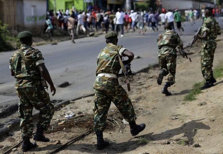 Imagen de archivo de mayo de 2015, en donde soldados de una unidad especial dispersaban a un grupo de manifestantes con disparos al aire, en el barrio Musage de Bujumbura, Burundi. (AP Photo/Jerome Delay, archivo)