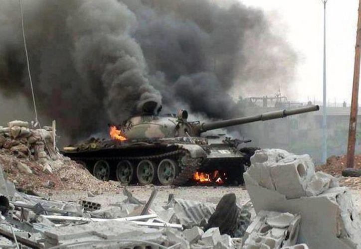 Tanque sirio durante un combate contra elementos rebeldes del Ejército Libre en Joubar, Damasco. (Agencias)