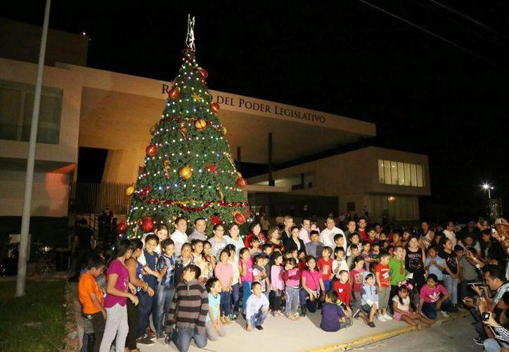 Encendido del Árbol navideño en el Congreso de Yucatán, en presencia de niños y adultos. (Foto cortesía del Gobierno)