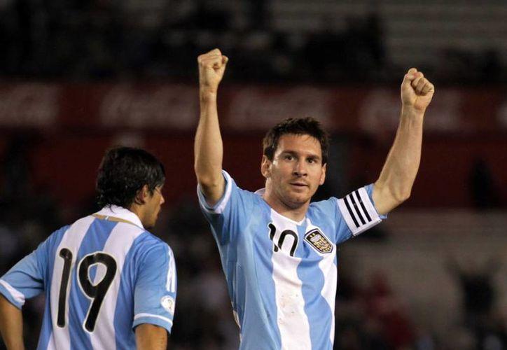 Lionel Messi arrastra la deuda de una Copa del Mundo que todavía lo pone a la sombra de Maradona, quien sigue siendo el jugador más importante de la historia del futbol argentino. (EFE/Archivo)