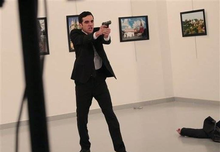 Imagen del hombre que disparó contra el embajador de Rusia, el cual fue abatido por las fuerzas de seguridad turcas. (AP/Burhan Ozbilici)