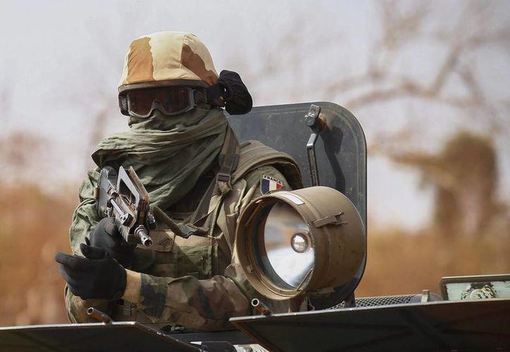 Durante el ataque retuvieron a seis rehenes y mataron a tres soldados malienses y uno de la ONU. Fotografía de archivo fechada el 27 de enero de 2013, que muestra a un soldado francés a bordo de un vehículo militar en Mali. (EFE/Archivo)