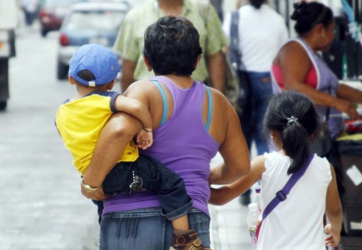 El programa está dirigido a niños de entre 5 y 10 años porque es el sector de la población con más riesgo. Imagen de una mujer cargando a un menor. (Milenio Novedades)