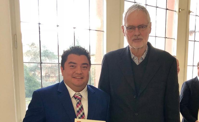 Héctor Cabrera Fuentes, (izquierda) ha sido premiado por sus investigaciones. (Notimex)