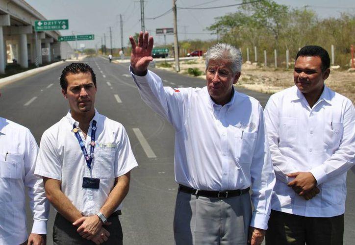 El titular de la SCT, Gerardo Ruiz Esparza (c) y el gobernador de Yucatán, Rolando Zapata Bello (d). (Notimex)