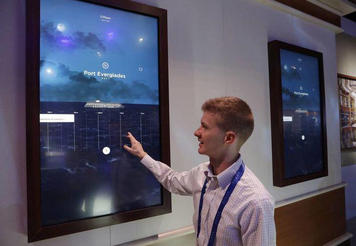 Miles Clark de Carnival Corp. muestra el programa Ocean Compass antes del CES International en Las Vegas. (AP/John Locher)