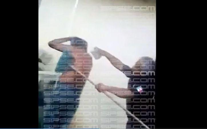 En el video se aprecia como policías municipales tallan con un cepillo viejo la espalda de un adulto mayor. (Captura de pantalla)