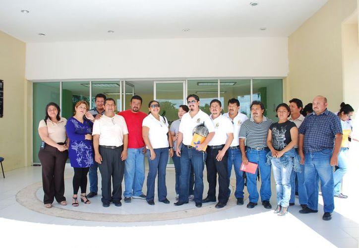 Comitiva de maestros acudieron a las oficinas de la SEQ para reunirse con el titular. (Tomás Álvarez/SIPSE)