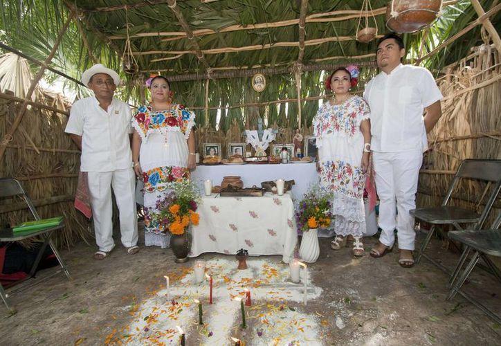 Un ejemplo de altar maya en la muestra que se montó en la Plaza Grande de Mérida. (Notimex)