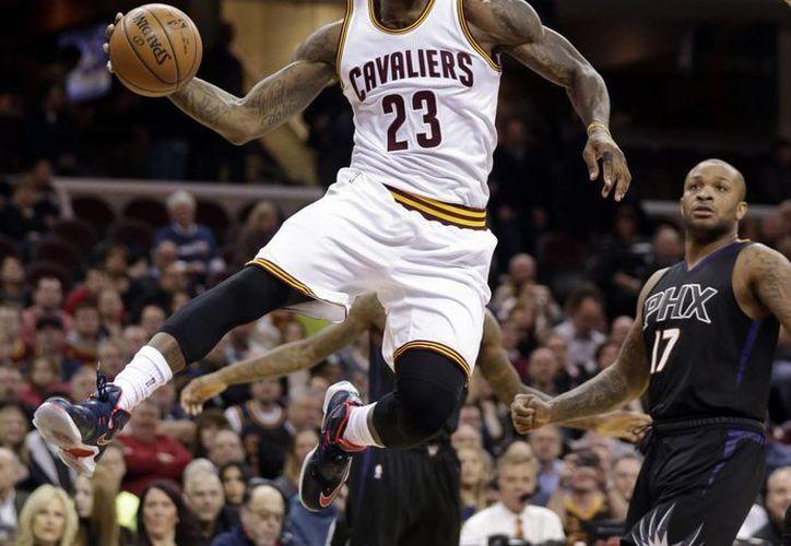 LeBron James consiguió 21 puntos y nueve asistencias este miércoles en la victoria de los Cavaliers de Cleveland. (Imágenes de AP)