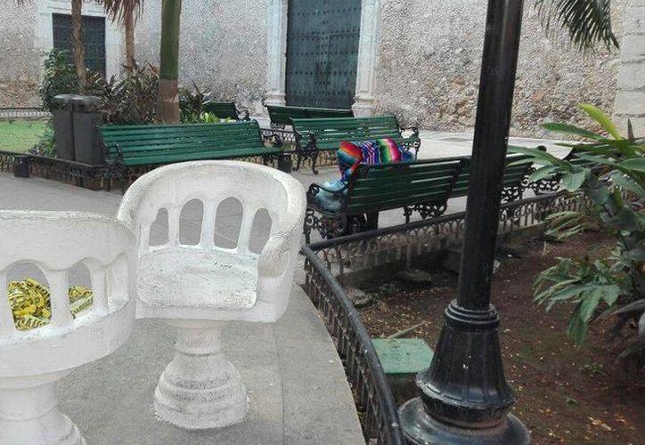 El hombre encontró la muerte sentado en una banca, a solo unos metros de la Iglesia de la Tercera Orden, en el centro de Mérida. (Alejandro Gómez/SIPSE)