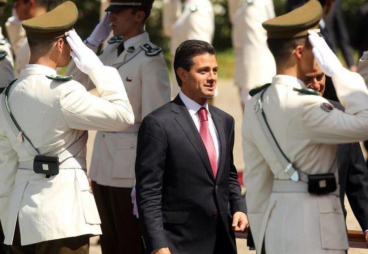 El presidente Enrique Peña Nieto llega a la inauguración de la CELAC, en Santiago de Chile. (EFE)