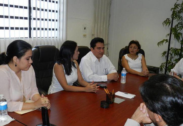 Aspecto de la reunión del presidente estatal del PRI con integrantes del Ipepac, el órgano electoral de Yucatán. (Cortesía)