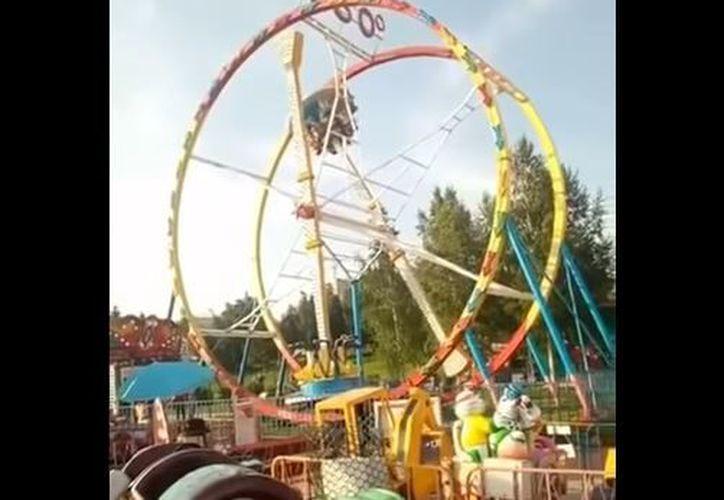 Los visitantes de la atracción estuvieron atrapados a una altura de 10 metros. (Captura)