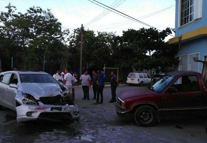 Una menor de edad falleció al ser impactada por dos vehículos que chocaron, en la colonia Ejido de Playa del Carmen. (Redacción/SIPSE)