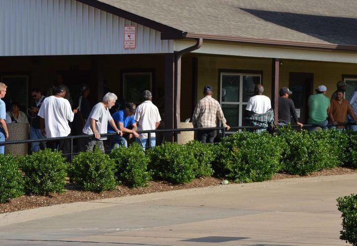 Cerca del 98 % de las remesas que recibe el país provienen de Estados Unidos. En la imagen, inmigrantes asisten al Centro Laboral de Plano, Texas, donde se segura la colocación diaria de entre 100 y 200 trabajadores. (Archivo/Notimex)