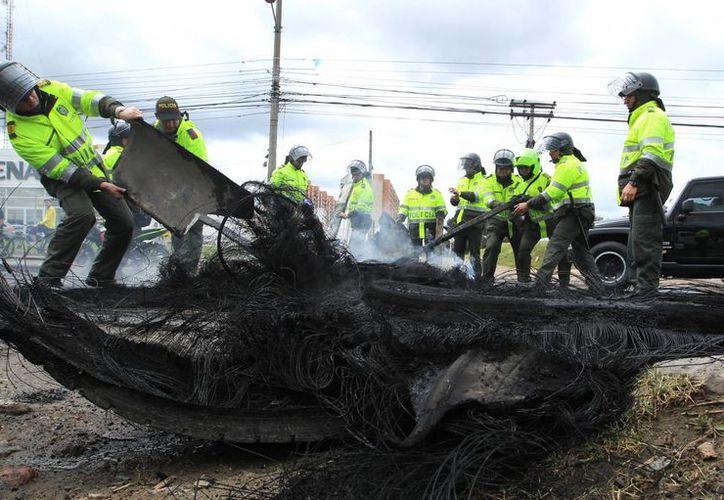 Las autoridades colombianas ofrecen una recompensa de 50 millones de pesos por la información que permita determinar quienes fueron los autores del atentado. (EFE)
