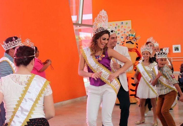 A los pacientes del CRIT que cumplieron años, los reyes del Carnaval les alegraron el día con ayuda del payaso Fuffy Fuffy. (SIPSE)