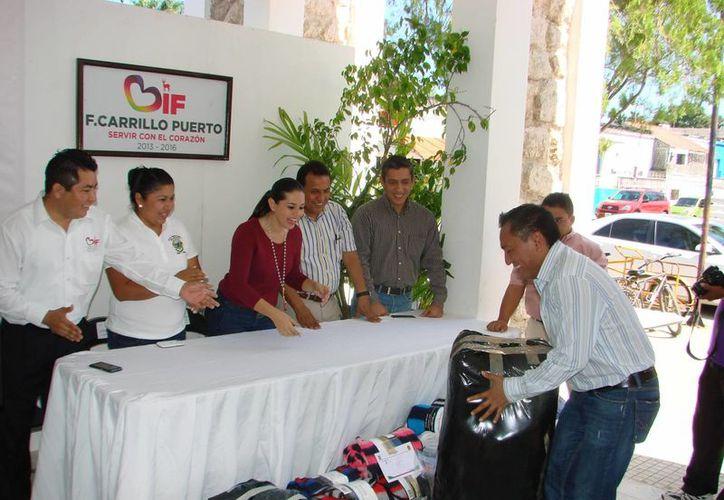 Funcionarios de diversas dependencias y oficinas del municipio de Felipe Carrillo Puerto acudieron a donar suéteres, cobijas, chamarras y abrigos para ayudar a las familias de las comunidades rurales. (Manuel Salazar/SIPSE)