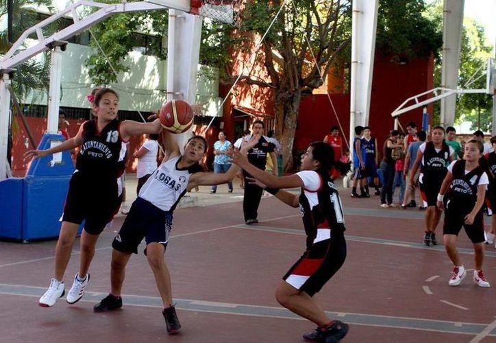 Las canchas externas del gimnasio Polifuncional son escenario de la fase estatal de basquetbol.
