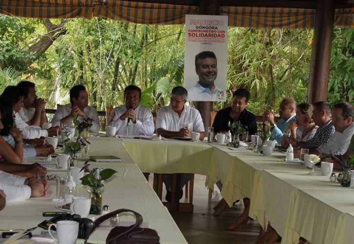 Los empresarios durante una reunión. (Adrián Barreto/SIPSE)