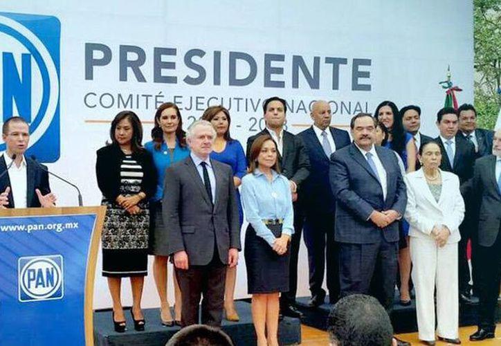 Ricardo Anaya al recibir la constancia como Presidente de Acción Nacional acompañado de su equipo de trabajo. Agradeció a los militantes que lo apoyaron para alcanzar el cargo. (Foto tomada del Facebook de Ricardo Anaya)