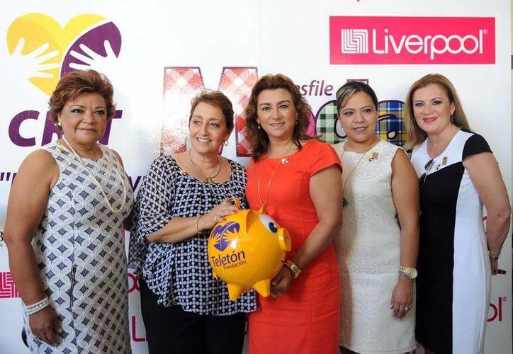 Sara Blancarte de Zapata (al centro), presidenta del DIF Yucatán, acompañada de damas de la sociedad yucateca. (Milenio Novedades)