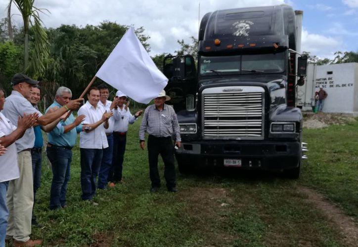 Productores y autoridades dieron el banderazo de salida al tráiler con los tambores de la miel orgánica rumbo al país teutón. (Javier Ortiz/SIPSE)