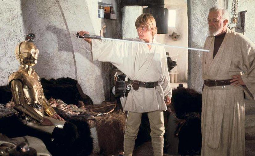 Mark Hamill (Luke) y Alec Guinness (Ben Kenobi) en un ensayo durante el rodaje del primer filme de la famosa franquicia. (@starwars)