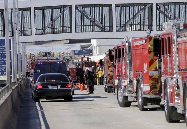 Autoridades vigilan a las afueras del Aeropuerto de Los Angeles mientras se revisan minuciosamente las instalaciones. (Agencias)