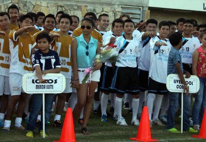 Desfile de equipos durante la inauguración del nuevo torneo. (Milenio Novedades)