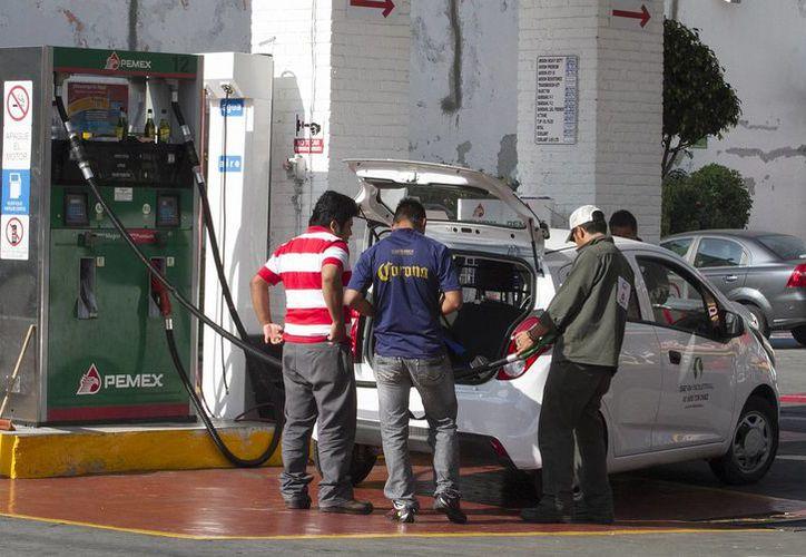 """Con el nuevo aumento a la gasolina el litro de Premium o """"roja"""" cuesta ahora 12.69 pesos. (Notimex/Foto de contexto)"""