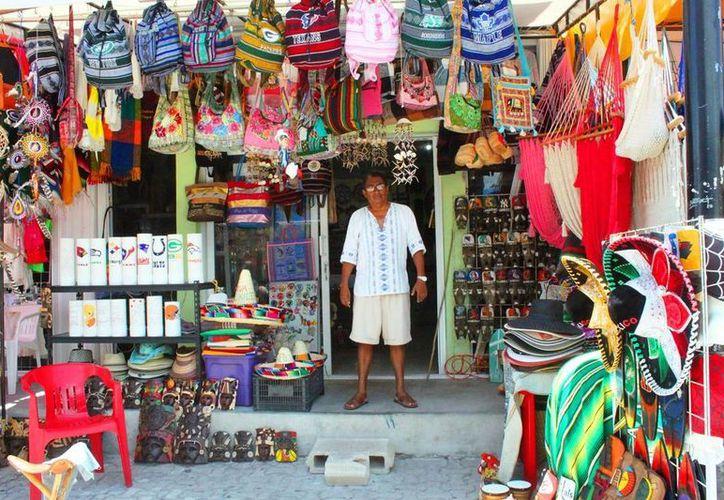 Los comerciantes establecidos acusan que los vendedores ambulantes les restan ganancias. (Daniel Pacheco/SIPSE)