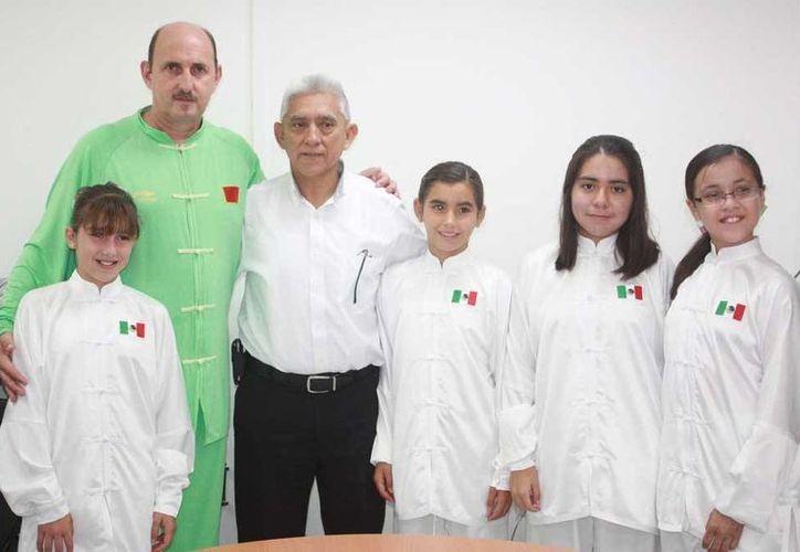Las deportistas yucatecas visitaron al director del IDEY. (SIPSE)
