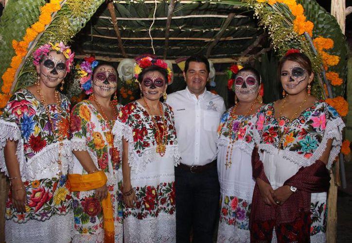 Cientos de familias participaron en la exposición de altares en el Parque Museo de la Cultura Maya. (Redacción/SIPSE)